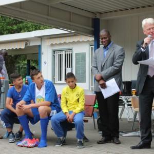 Dr. Ümit Kosan vom VMDO e.V., 3 junge Fußballer, Amadou Diallo (Agasca e.V.), OB Ulrich Sierau