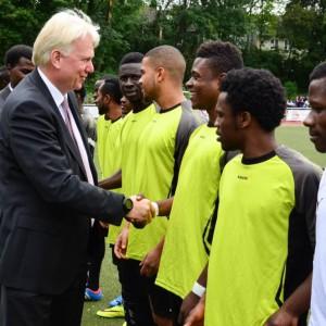 Oberbürgermeister Ulrich Sierau begrüßt die Fußballer