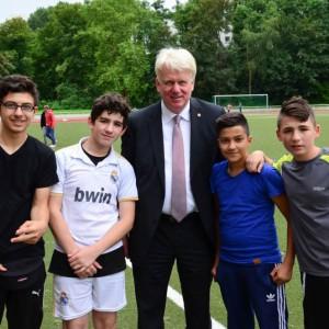 Gruppenfoto -OB Ulrich Sierau mit 4 jungen Fußballern