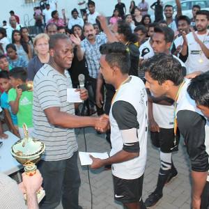 Amadou übergibt Pokal